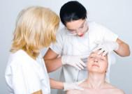 Examen prealable de la peau du patient